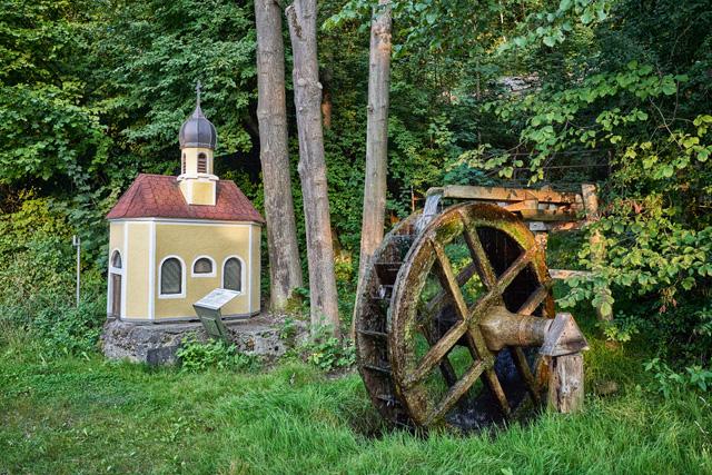 Wasserrad und Kapelle